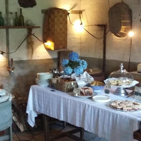 Vanhan virkatalon pihapiiri ja navettakahvila
